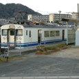 長門本山駅ホームに停車する123系