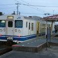 終点雀田駅に停車する123系